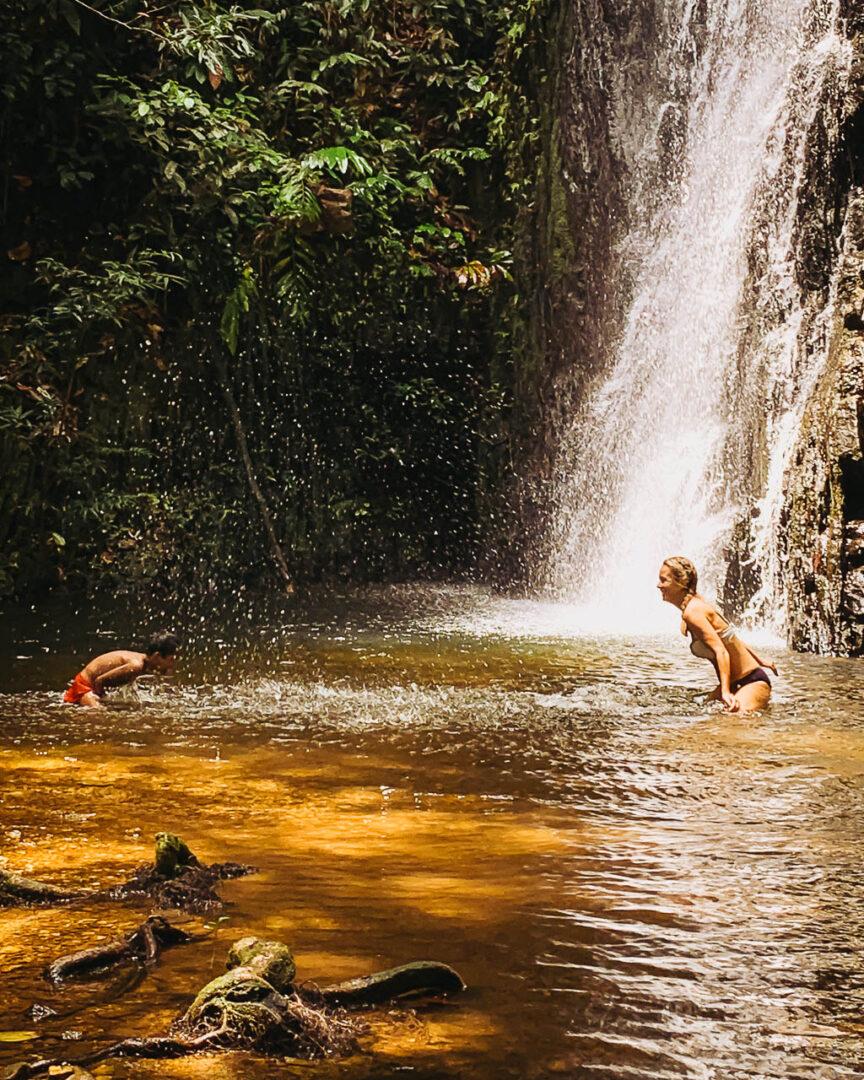 Bad i vattenfall Nanga Sumpa