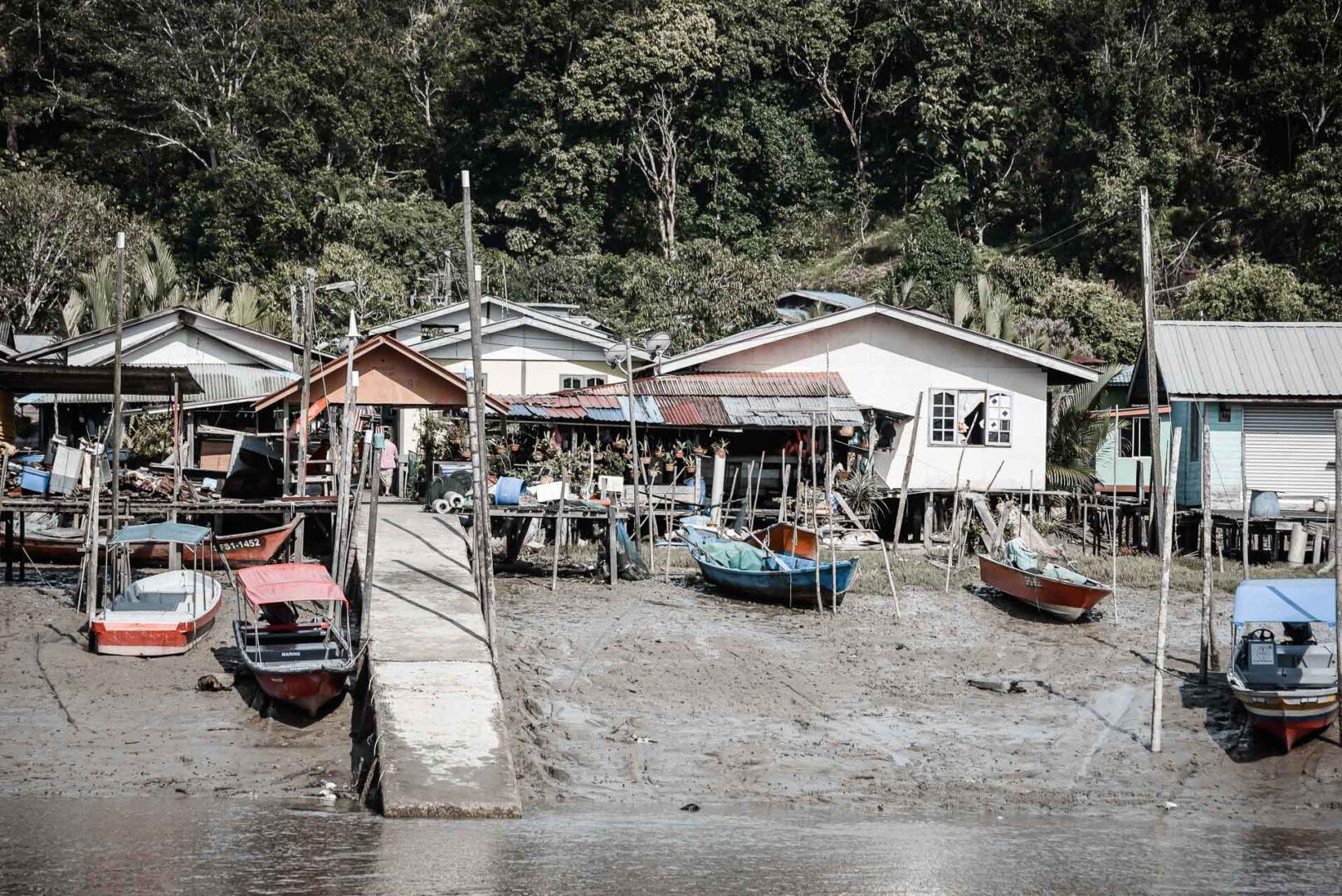 På väg till Bako längs Sungai Tabo