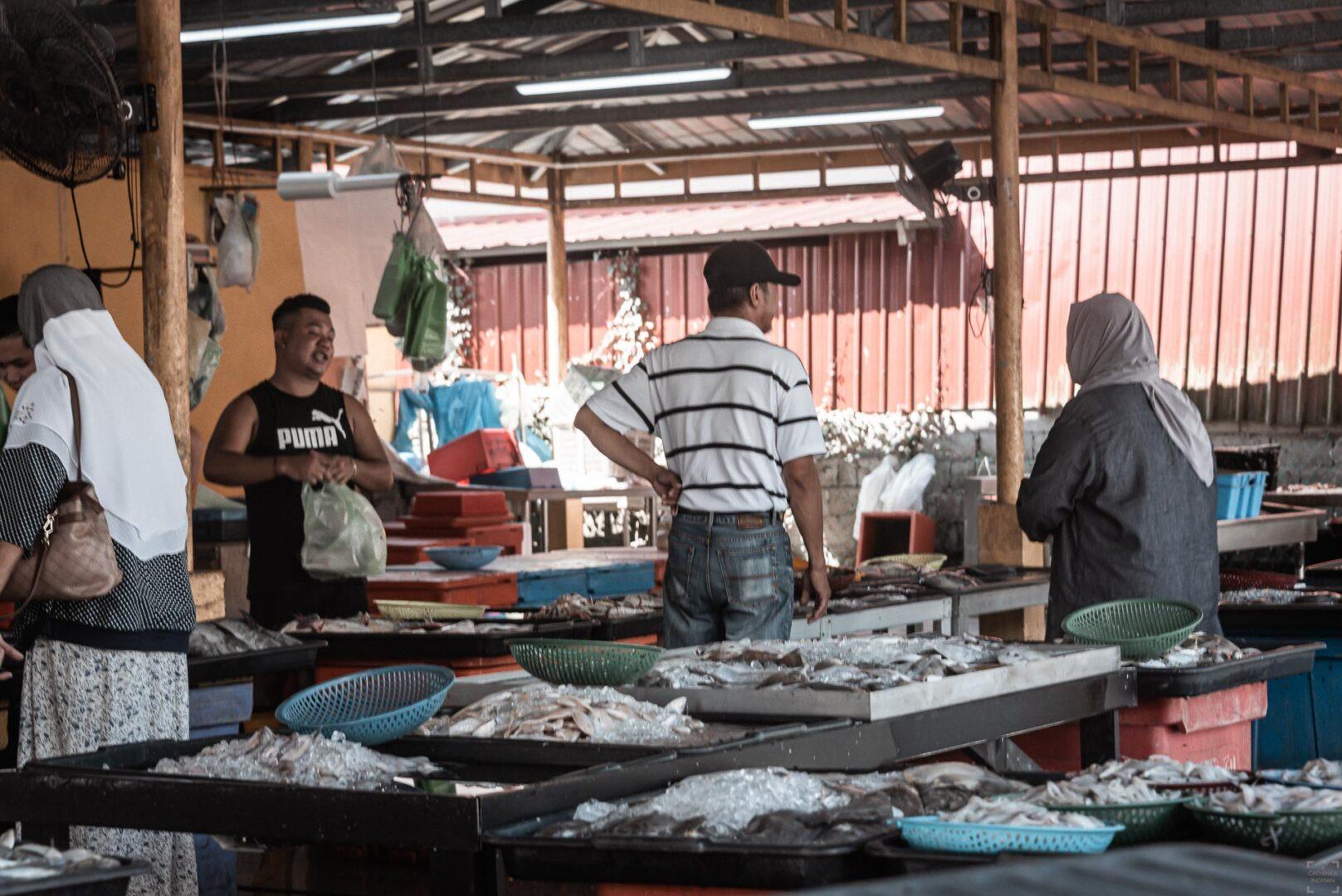 Fiskemarknad i Bako Village